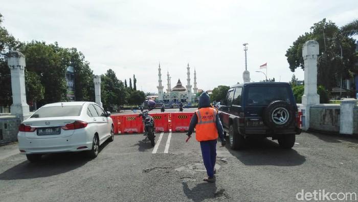 Wali Kota Tegal menutup sejumlah ruas jalan dan mematikan lampu PJU untuk emngurangi kerumunan warga, Senin (23/3/2020).