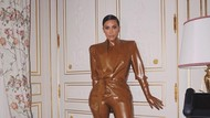Demi Tampil Stylish, Kim Kardashian Setengah Mati Pakai Baju Latex