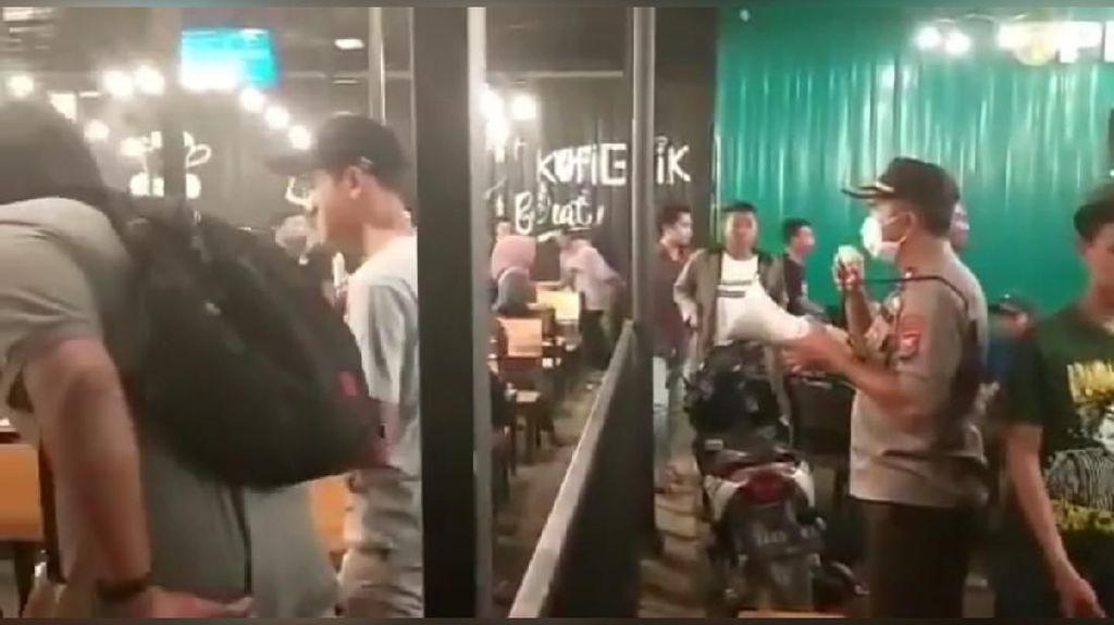 Cegah Corona, Polisi Bubarkan Pengunjung Kafe di Surabaya