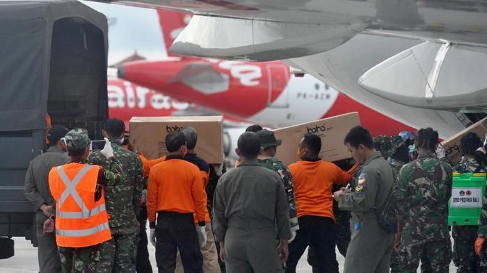 Petugas memindahkan Alat Pelindung Diri (APD) dari pesawat B737-400 milik TNI AU di Bandara I Gusti Ngurah Rai, Bali, Senin (23/3/2020). Ribuan APD dengan berat total 1,6 ton yang dikirim dari Lanud Halim Perdanakusuma tersebut selanjutnya akan didistribusikan ke beberapa rumah sakit di wilayah Bali, NTB dan NTT untuk penanganan COVID-19 atau virus Corona. ANTARA FOTO/Fikri Yusuf/foc.