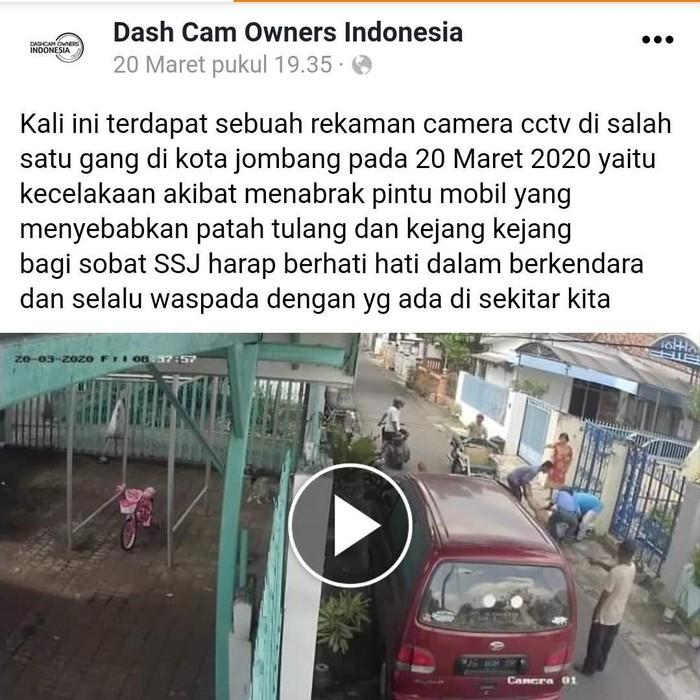 Video ibu dan balita bermotor menabrak pintu mobil yang dibuka seorang sopir viral di media sosial. Kecelakaan tersebut terjadi di Jombang.