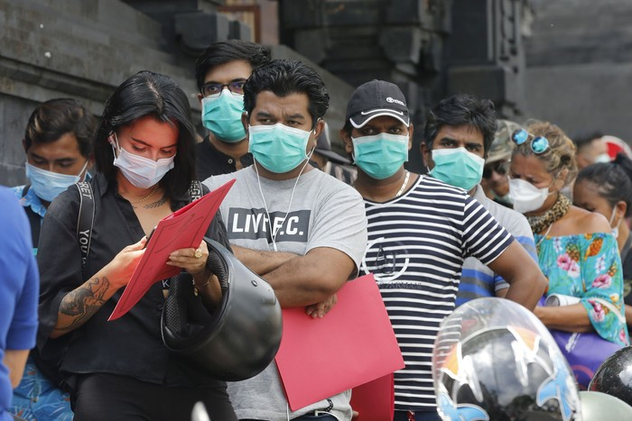 Sejumlah Warga Negara Asing (WNA) datangi kantor Imigrasi Kelas I Khusus Ngurah Rai, Bali. Mereka mengurus perpanjangan visa dan permohonan izin tinggal.