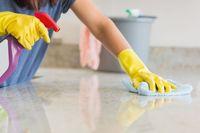 Gunakan pelindung tangan saat membersihkan rumah dengan cairan disinfektan.