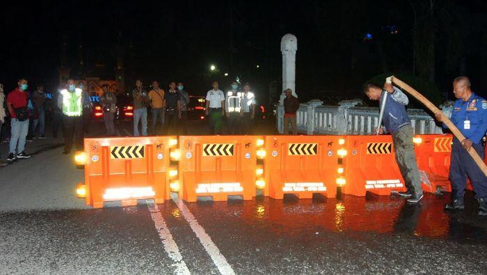 Pemerintah Kota Tegal melakukan Lockdown lokal dengan menutup jalur pantura dari arah Jawa Tengah maupun arah Jakarta sehingga kendaraan dialihkan ke Jalur Lingkar Utara (Jalingkut) mulai hari Senin (23/3/2020) hingga 14 hari mendatang.