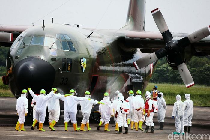 Pesawat hercules yang membawa obat dari Shanghai, China, mendarat di Halim Perdanakusuma, Jakarta. Usai mendarat pesawat tersebut langsung disemprot disinfektan