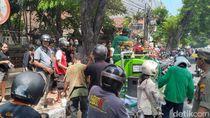 Satpol PP Bubarkan Massa Berkerumun Antre Disinfektan Gratis di Denpasar