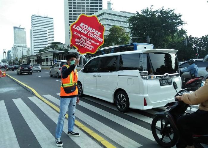 Sejumlah mahasiswa menggelar aksi damai terkait sosialisasi pencegahan virus Corona. Aksi itu digelar di kawasan FX Sudirman.