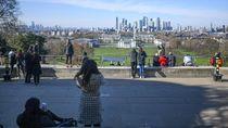 Polisi London Bubarkan Warga yang Berjemur di Taman