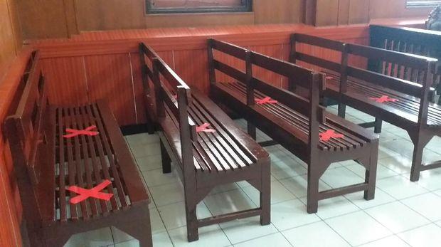 Tempat duduk pengunjung berjarak 1 meter/