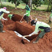 Eva menguburkan kedua orangtuanya tanpa pelayat, hanya dihadiri dirinya dan kedua adiknya.