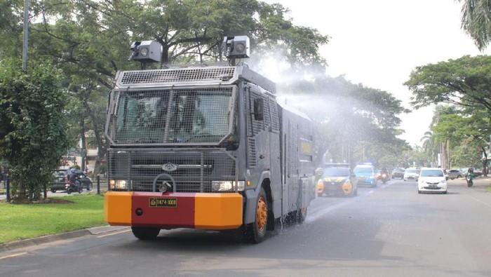 Water canon semprotkan cairan disinfektan di Kabupaten Tangerang