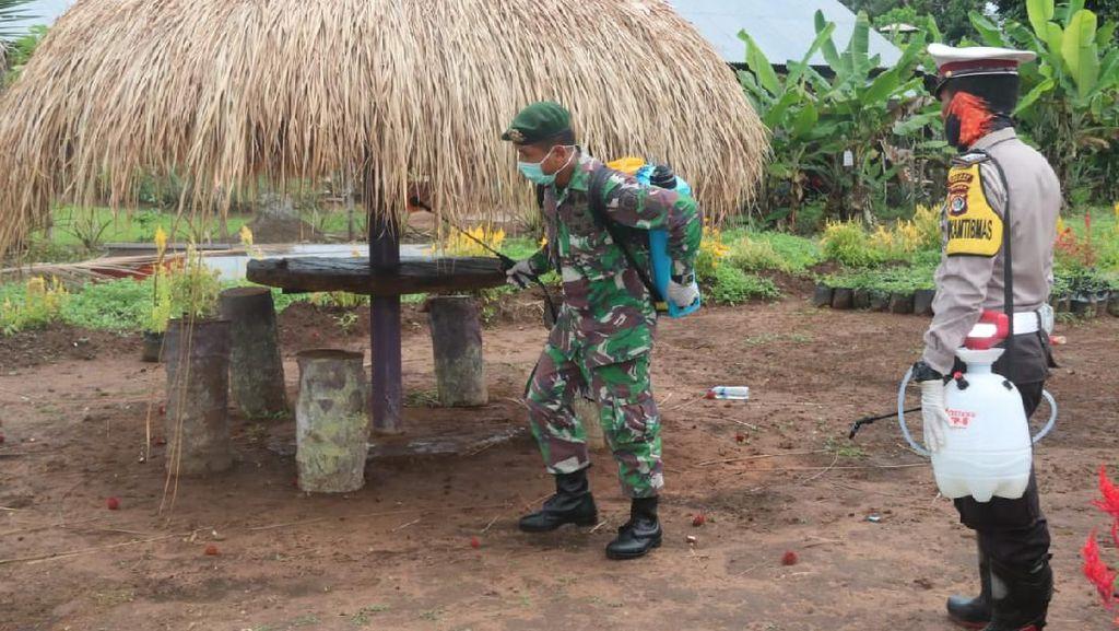 Penyemprotan Disinfektan di Perbatasan RI-PNG