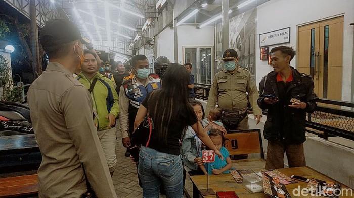 polisi bubarkan warga yang berkerumun di surabaya