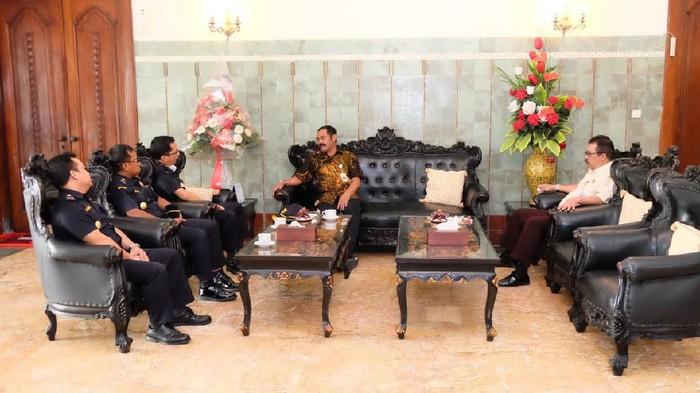 Pertemuan Wali Kota Solo FX Hadi Rudyatmo dengan Bea Cukai Solo di Loji Gandrung, Selasa (24/3/2020).
