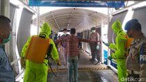Tiba di Batam, 81 TKI Dideportasi dari Malaysia Disemprot Disinfektan