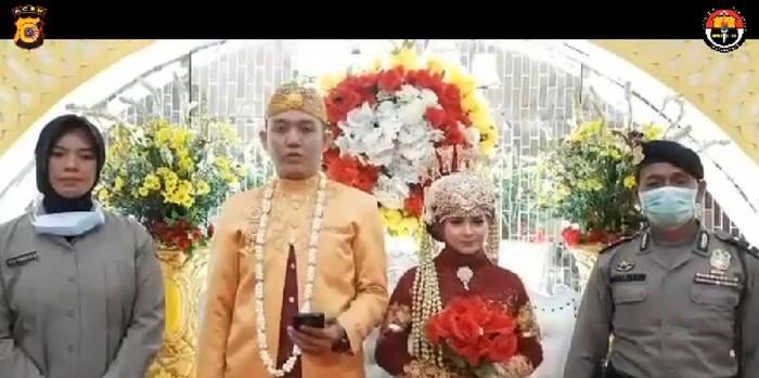Anggota polisi di Aceh membuat video pendek untuk meminta tamu undangan tak datang ke resepsi pernikahan untuk cegah Corona (dok. Istimewa)