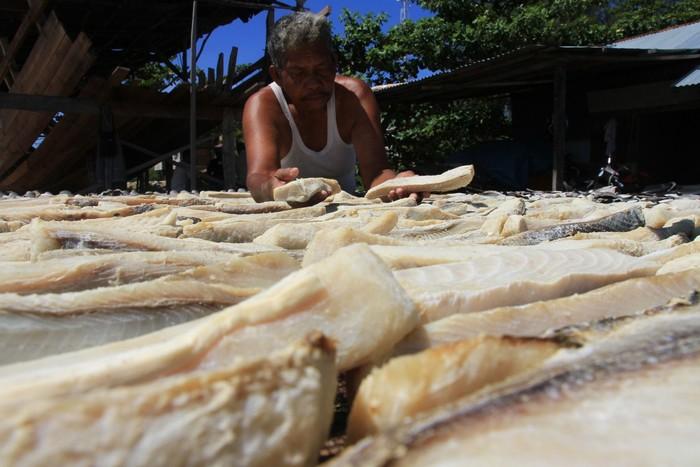 Pekerja menjemur ikan asin di salah satu tempat produksi di Desa Padang Seurahet, Kecamatan Johan Pahlawan, Aceh Barat, Aceh, Selasa (24/3/2020). Menurut para pelaku usaha ikan asin di kawasan itu, sejak dua pekan terakhir permintaan berbagai jenis ikan asin kualitas ekspor turun 50 sampai 80 persen dampak dari wabah COVID-19. ANTARA FOTO/Syifa Yulinnas/nz.
