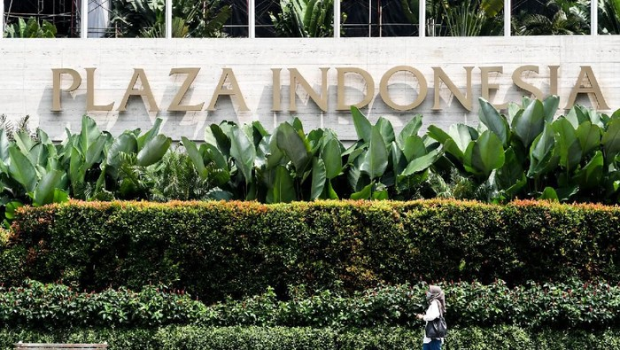 Penjaga toko membersihkan etalase di Plaza Indonesia, Jakarta, Selasa (24/3/2020). Ketua Asosiasi Pengelola Pusat Belanja Indonesia (APPBI) DKI Ellen Hidayat mengatakan sebagai upaya pencegahan penyebaran virus COVID-19 di ruang publik, pusat perbelanjaan Plaza Indonesia akan tutup sementara mulai 25 Maret hingga 3 April 2020,  namun tidak berlaku untuk toko yang menjual kebutuhan pokok dengan jam operasional mulai pukul 11:00 - 17:00 WIB. ANTARA FOTO/Muhammad Adimaja/nz