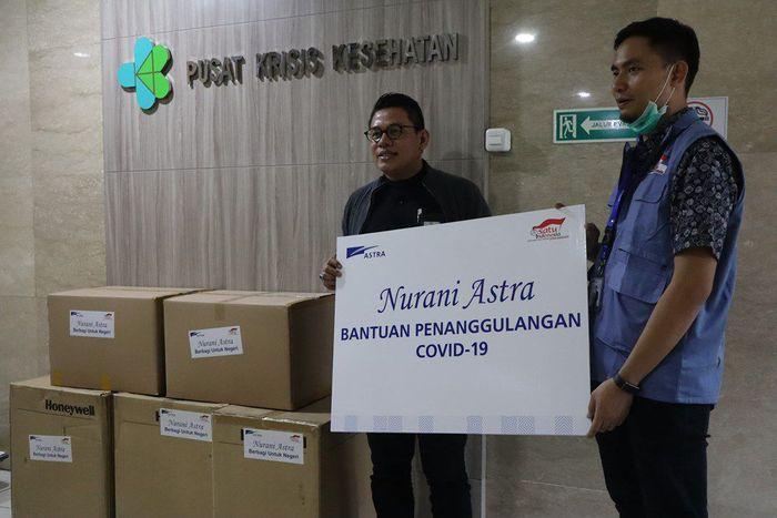 Team Leader Environment & Social Responsibility Astra Mohammad Taufan (kanan) menyerahkan bantuan kepada Kepala Bagian Tata Usaha Pusat Krisis Kesehatan Kementerian Kesehatan RI Rosidi Roslan (kiri) di Jakarta (23/3). istimewa