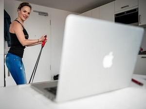 4 Olahraga Peregangan Mudah untuk Mencegah Kaku Otot Saat WFH