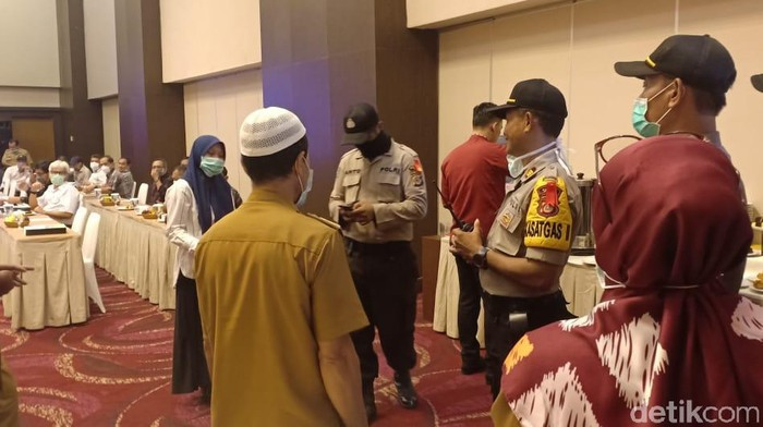 Polres Palu bubarkan seminar Pemprov Sulteng yang digelar di tengah pandemi Corona (M Qadri/detikcom)