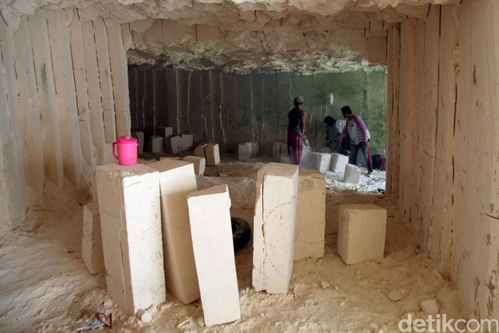 Deru suara gergaji mesin terdengar dari dalam gua-gua bukit batu kapur di Bengkalan, Madura. Para pekerja memotong satu per satu batu kapur menjadi potongan bata.