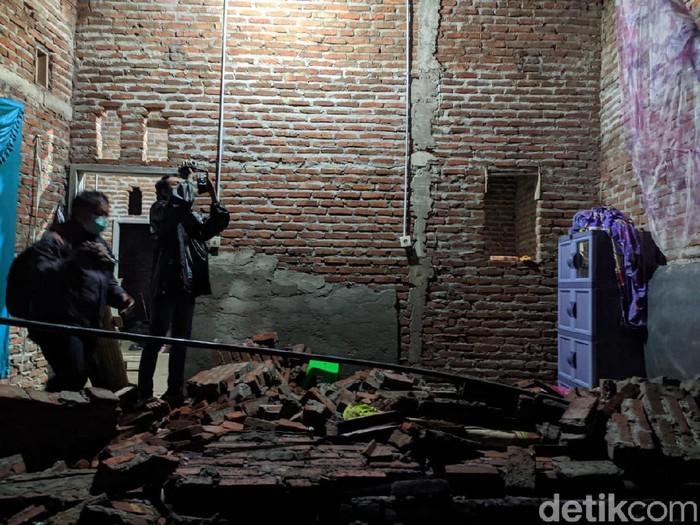 Sebuah rumah di Desa Brangkal, Kecamatan Sooko, Kabupaten Mojokerto ambruk diterjang hujan disertai angin kencang. Ambruknya rumah mengakibatkan dua penghuni terluka dan satu orang tewas.