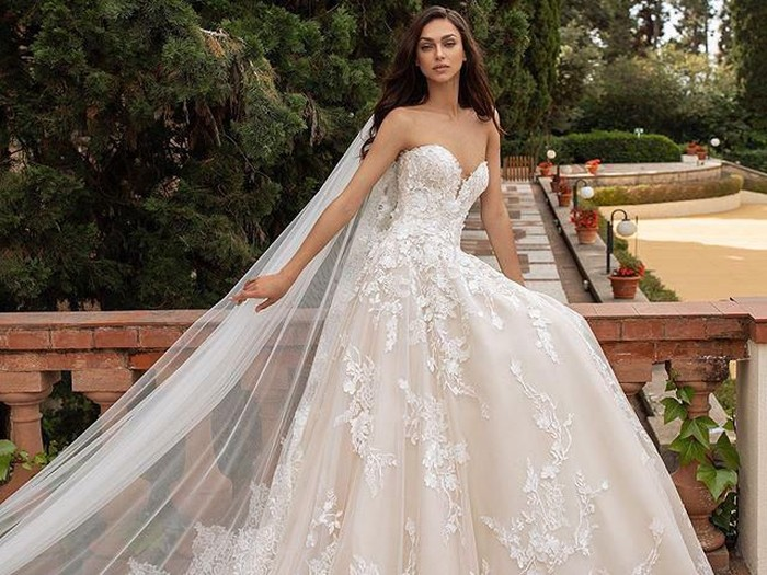 Pronovias sumbangkan gaun pengantin untuk tenaga medis yang akan menikah.