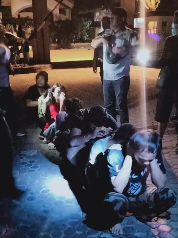 Polda Sulteng gerebek kampung narkoba di Palu. Sepuluh orang ditangkap dengan barang bukti 3 gram sabu (dok. Istimewa)