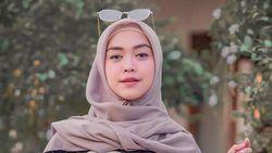 Celebrity on Vacation: Kocaknya Ria Ricis Saat Mandiin Kerbau di Sungai