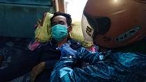 Geger! Paramedis Pangandaran Pakai Jas Hujan-Helm Tangani ODP Corona