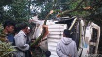 Diduga Rem Blong, Truk Tronton Terguling ke Pekarangan Rumah di Cianjur
