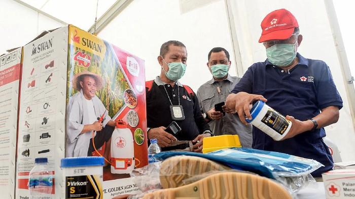 JK Tinjau Gudang Darurat PMI untuk Covid 19     Ketua Palang Merah Indonesia Jusuf Kalla mengecek Gudang darurat yang berlokasi  di sebelah kantor pusat PMI, Jakarta, Selasa (23/3/2020).