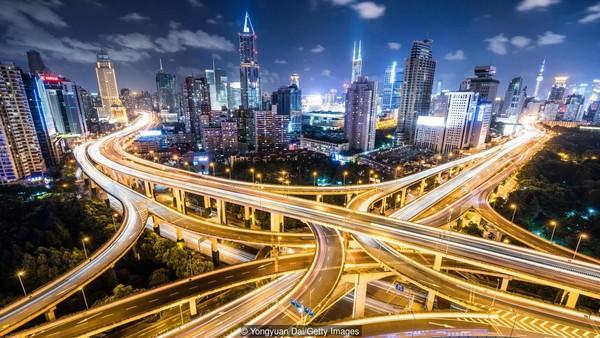 Bukan rahasia lagi jika China telah memiliki ekonomi besar di Asia. Terlihat dari keuntungan ekonomi besar-besaran selama dekade terakhir. (Yongyuan Dai/Getty Images/BBC)