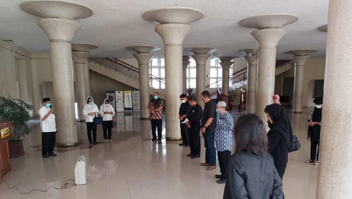 Guru Besar UGM Prof Iwan Dwiprahasto yang dinyatakan positif virus Corona meninggal dunia. Acara penghormatan terakhir pun digelar di Balairung, Rektorat UGM.