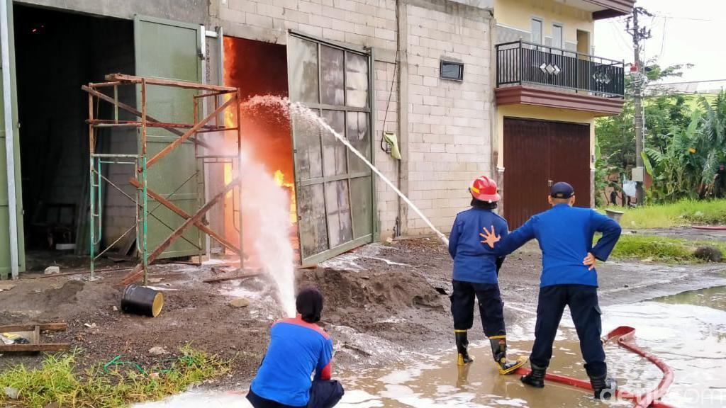 Gudang Tiner di Sidoarjo Terbakar, Ledakannya Bikin Warga Panik