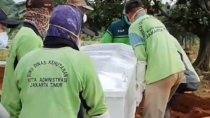 Video proses pemakaman dari seorang Ibu akibat virus Corona diunggah oleh anaknya. Proses pemakaman tanpa dihadiri pelayat dan peti jenazah harus dibungkus plastik sebelum dikuburkan.