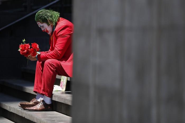 Pandemi Corona di seluruh dunia terus menampilkan sisi terburuk dari berbagai aspek kehidupan. Di Meksiko, ada 'Joker' yang terlarut dalam kesedihan.