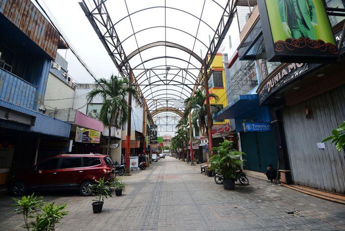 Suasana kawasan perdagangan Pasar Baru, Jakarta, tampak sepi, Selasa (24/3/2020).