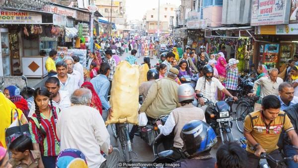 India pun juga diprediksi menjadi negara superpower. Peningkatan juga terjadi di kualitas televisi, ponsel, dan merek mobil selama 15 tahun terakhir. Perjalanan udara pun menjadi sarana untuk emngjangkau kemanapun dan rumah-rumah menjadi lebih terlihat mewah dan kaya. (Powerofforever/Getty Images/BBC)