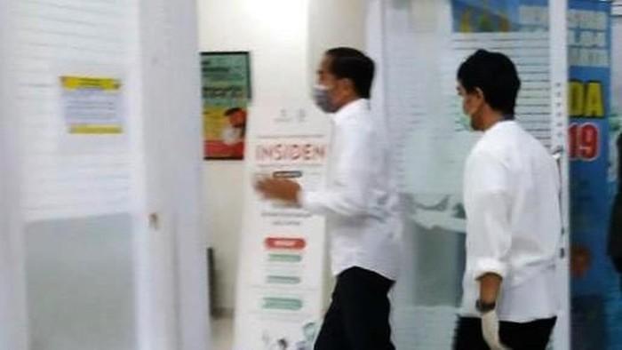 Presiden Jokowi tiba di RST Slamet Riyadi Solo. Jokowi datang untuk melihat ibunya Sujiatmi Notomiharjo yang meninggal dunia sore tadi.