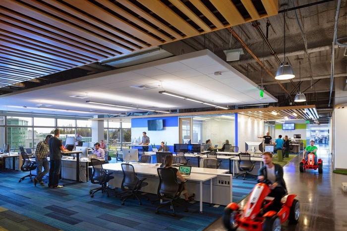 Kantor bisa diibaratkan sebagai rumah kedua. Itu karena sebagian besar waktu orang-orang dihabiskan di tempat kerja. Oleh karena itu beberapa perusahaan mendesain kantornnya sedemikian rupa agar pegawainya merasa betah.