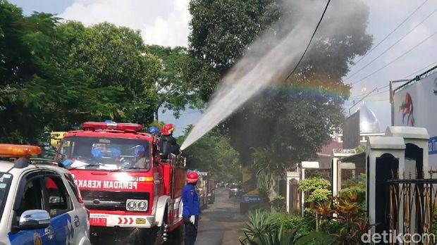 Penyemprotan disinfektan juga dilakukan dengan mobil pemadam kebakaran.