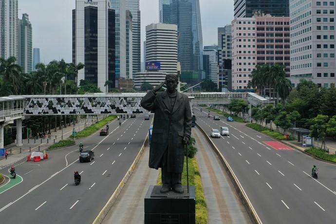 Imbauan untuk kurangi aktivitas di luar rumah membuat lalin di Jakarta kini lengang. Imbauan itu turut berkontribusi pada perbaikan kualitas udara di ibu kota.