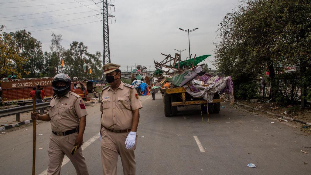 Video Polisi India Pukuli Warga yang Keluar Saat Lockdown