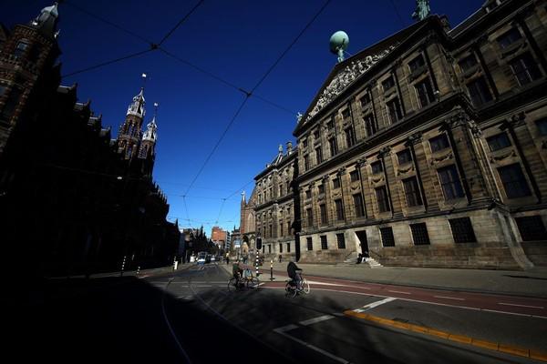 Suasan sepi Koninklijk Paleis atau The Royal Palace Amsterdam, Belanda, saat mengikuti kebijakan nasional mengenai coronavirus (COVID-19). Saat ini kawasan itu akan ditutup untuk umum setidaknya sampai 6 April. Getty Images/Dean Mouhtaropoulos.