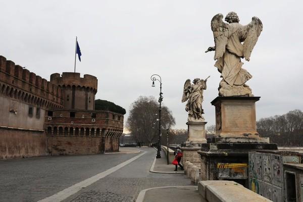 Kastil Sant Angelo yang sepi dari pegunjung terlihat di Roma, Italia Saat ini Italia memiliki tingkat kematian tertinggi sebanyak 6.000 korban jiwa akibat Covid-19. Getty Images/Marco Di Lauro.