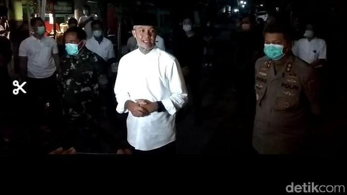 Gubernur Jateng, Ganjar Pranowo di rumah duka Ibunda Jokowi, Solo, Rabu (25/3/2020).