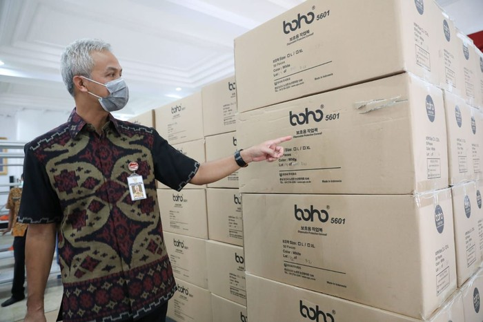 Gubernur Ganjar menunjukkan bantuan APD dari pusat yang didatangkan dari China