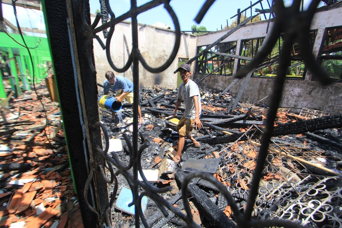 Lima ruangan sekolah di SMP 2 Indramayu, Jawa Barat. Sekolah tersebut kini tinggal puing.